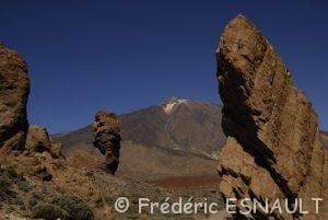 Le volcan Teide (3718m) et Los Roques de Garcia & Cinchado, formes anthropomorphes résultat de l'érosion de vieilles cheminées et coulées de lave